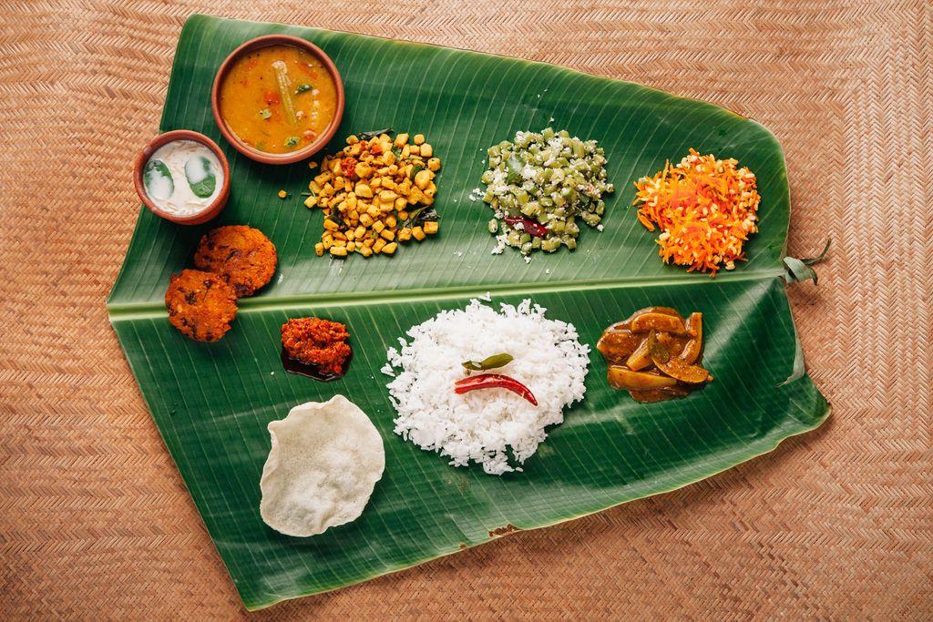 banana-leaf-food-serving-k26bb76j
