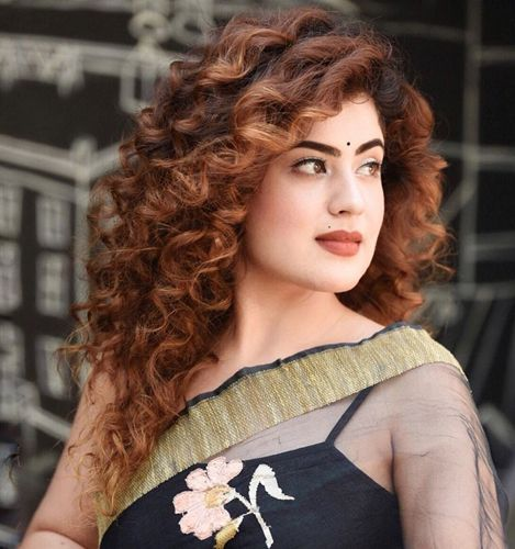 curly-medium-length-hairstyle-with-saree-k22selhh