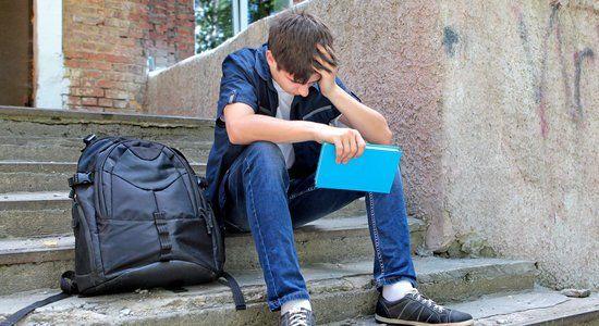 estudante-aluno-pensando-refletindo-triste-castigo-adolescente-jovem-k258w9k6