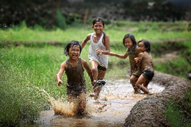 girls-kids-playing-in-mud-laugh-friends-kbg8dakl